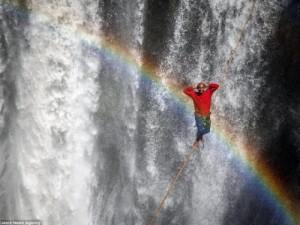 Thế giới - Ảnh: Đi trên dây ngang qua thác nước 60 mét