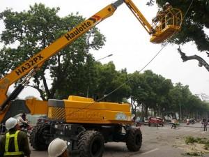 Tin tức trong ngày - Cận cảnh xe nâng cao 32m cắt tỉa cây xanh ở Hà Nội
