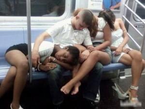 Cười 24H - 1.001 tư thế ngủ hài hước nơi công cộng