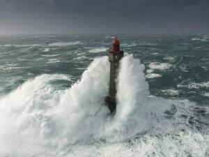 """Thế giới - Sóng cao 50m """"nuốt trọn"""" hải đăng giữa biển"""