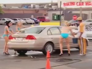 """Cười 24H - Người đẹp bikini """"troll"""" các chàng rửa xe"""