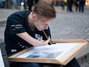 Thế giới - Chàng họa sĩ cụt tay Ba Lan với 700 bức vẽ tài hoa