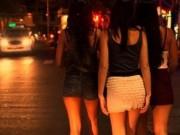 """An ninh Xã hội - Nhảy từ lầu 2 xuống đất, 2 cô gái thoát khỏi """"động quỷ"""""""