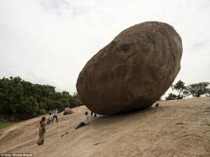Phi thường - kỳ quặc - Bí ẩn hòn đá nghiêng 1.300 năm không đổ
