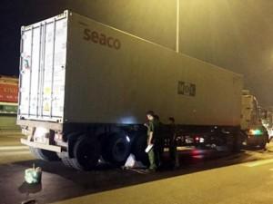 Tin tức trong ngày - Né chốt CA, 2 thanh niên tử vong dưới bánh container