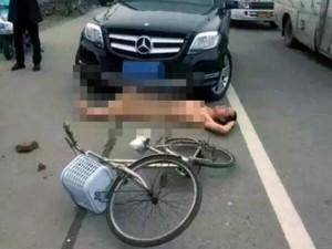 Thế giới - TQ: Khỏa thân giữa đường lăn vào mũi xe ô tô ăn vạ