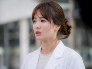 """Song Hye Kyo đẫm lệ trong phần cuối  """" Hậu duệ mặt trời """""""