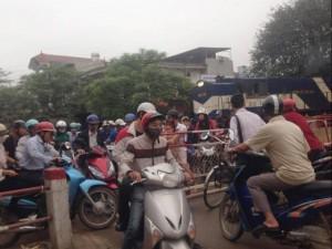 Tin tức trong ngày - Hà Nội: Tàu hỏa phải phanh gấp nhường đường cho xe máy