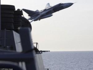 """Thế giới - Máy bay Su-24 Nga """"tấn công giả lập"""" tàu khu trục Mỹ"""
