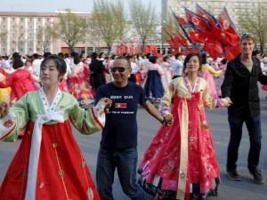 Thế giới - Ảnh: Dân Triều Tiên lũ lượt ra đường mừng sinh nhật lãnh tụ