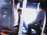 Tin tức trong ngày - Sốc với tài xế vừa lái xe buýt vừa đánh bài