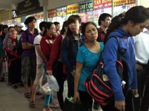 Tin tức trong ngày - Người dân đổ về quê nghỉ lễ, cửa ngõ TPHCM ùn ứ nặng