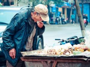 Bạn trẻ - Cuộc sống - Rơi nước mắt với bức ảnh cụ già ăn đồ thừa ở xe rác