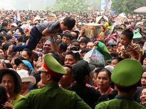 Trẻ nhỏ được chuyền tay để thoát đám đông xô đẩy ở đất Tổ