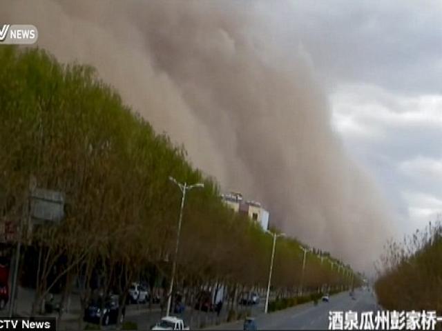 Video: Bão cát khủng khiếp lừ lừ tấn công ở miền bắc TQ - 1