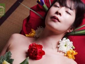 Thời trang - Chuyện khó nói của mẫu nude trên bàn tiệc Nhật Bản