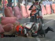 Tin bên lề thể thao - Hài hước: Hì hục đẩy xe tranh hạng ở giải mô tô tốc độ