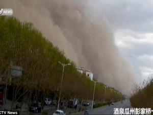 Video: Bão cát khổng lồ trùm kín một huyện ở Trung Quốc