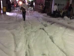 Bọt lạ phủ kín đường phố Nhật Bản sau động đất
