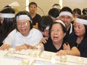 Vợ con khóc ngất trong lễ hoả táng nhạc sỹ Nguyễn Ánh 9