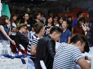 Ca nhạc - MTV - Nhóm nhạc 365 bị hàng trăm fan nữ quây tại Hà Nội