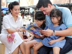 """Bình Minh mong  """" tiểu công chúa """"  thích sách từ bé thơ"""