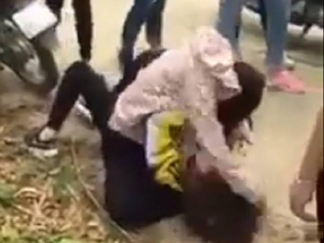 Clip: Nữ sinh đánh nhau, túm tóc đập đầu xuống đường