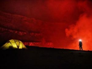 Phi thường - kỳ quặc - Ngủ qua đêm trong khu vực núi lửa đang hoạt động