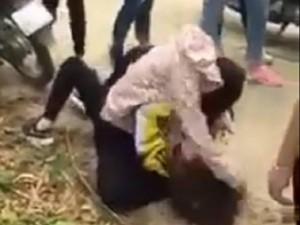 Tin tức trong ngày - Clip: Nữ sinh đánh nhau, túm tóc đập đầu xuống đường