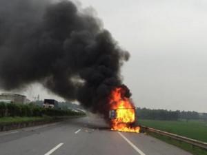 Tin tức trong ngày - Clip: Xe tải chở giày, dép cháy ngùn ngụt trên quốc lộ