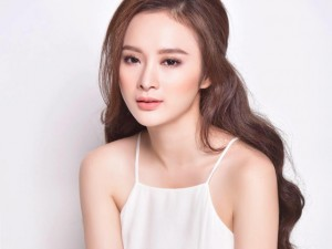 Phim - Facebook sao 21.4: Angela Phương Trinh khoe khí chất