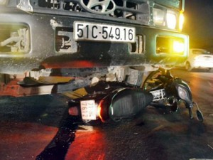Tin tức trong ngày - Vượt đèn đỏ gây tai nạn chết người, tài xế bị đánh nhừ tử