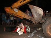 Tin tức trong ngày - Trốn chạy CSGT, thanh niên đâm đầu vào xe ủi đất