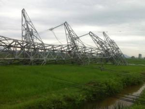 Tin tức trong ngày - Cột điện 500 KV bất ngờ đổ sập sau mưa giông