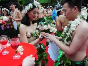 Bạn trẻ - Cuộc sống - Đám cưới gây sốc kiểu nguyên thủy của dâu rể Trung Quốc