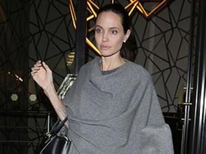 """Hậu trường phim - Angelina Jolie lộ thân hình """"que củi"""" dù đã cố giấu"""