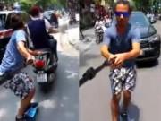 Bạn trẻ - Cuộc sống - Trai Tây bám xe máy trượt patin gây xôn xao ở Hà Nội