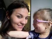 Bạn trẻ - Cuộc sống - Xúc động bé gái mù hạnh phúc khi lần đầu nhìn thấy mẹ