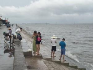 """Tin tức trong ngày - Quất Lâm biển gọi: Khách tắm biển chỉ """"đếm trên đầu ngón tay"""""""