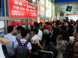 Tin tức trong ngày - Xếp hàng cả tiếng đồng hồ mua vé rời Thủ đô nghỉ lễ