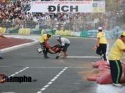 Thể thao - Tay đua mất giải vì tai nạn thót tim ngay vạch đích