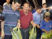 Tin tức trong ngày - Bộ trưởng Trương Minh Tuấn xuống tận tàu mua cá ngư dân