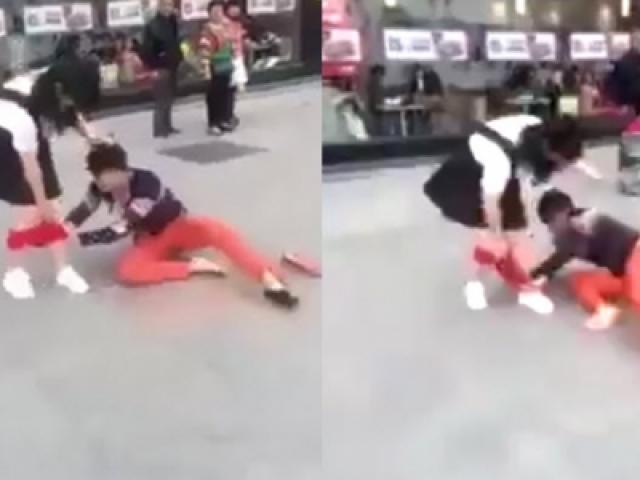 Clip sốc: Thiếu nữ khốn đốn bị giằng nội y giữa đường