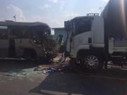 Tin tức trong ngày - Xe khách tông xe tải, 21 người thương vong