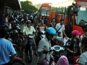 Tin tức trong ngày - Người dân ùn ùn đổ về TP.HCM, cửa ngõ phía Tây kẹt cứng