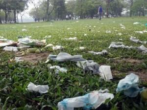 Tin tức trong ngày - Công viên lớn nhất VN ngập rác sau kỳ nghỉ lễ