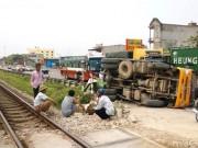 Tin tức trong ngày - Tàu hỏa tông xe tải, tài xế hoảng loạn nhập viện