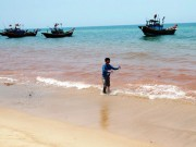 Tin tức trong ngày - Phát hiện dải nước màu đỏ gạch dọc bờ biển Quảng Bình