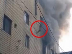 Thế giới - HQ: Mẹ ném 3 con từ tầng 4 xuống để tránh hỏa hoạn
