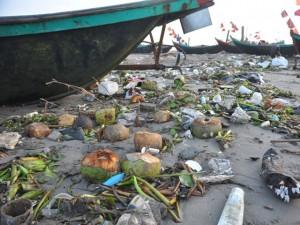 Tin tức trong ngày - Bãi biển ngập ngụa rác: Ai nai lưng ra dọn?